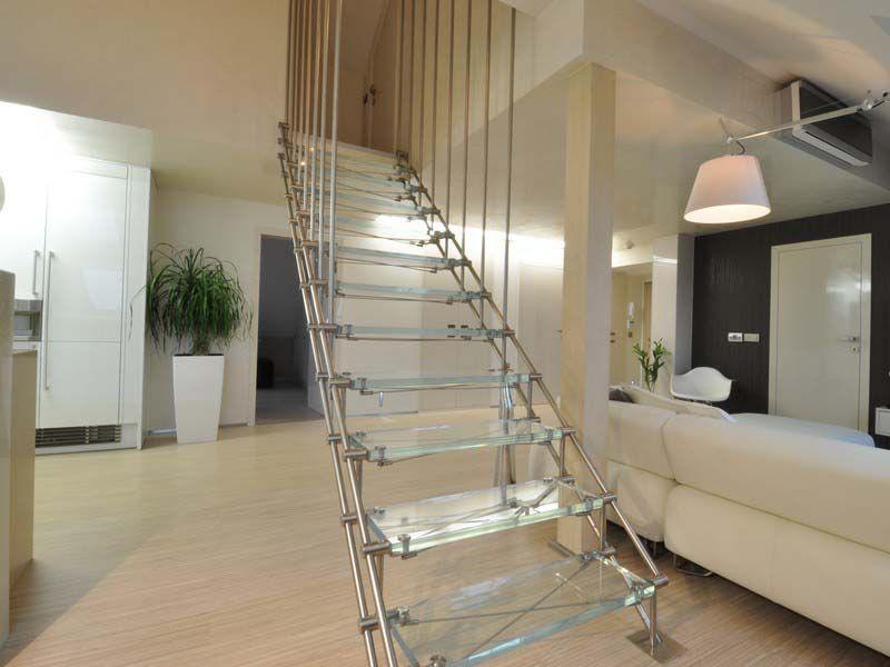 Příhradové ocelové schodiště se skleněnou stupnicí
