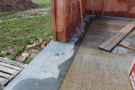 Hydroizolace z asfaltového pásu pod nosnou obvodovou stěnou