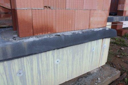 Přesah hydroizolace 150 mm přes základ stavby