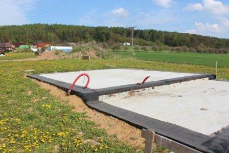 Připravená hydroizolace z asfaltových pásů pod nosné obvodové zdivo
