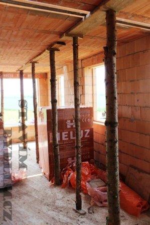 Konzervativní podepření nosníku POT dřevěnými kůly před betonáží stropní konstrukce