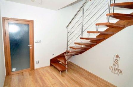 Dřevěné schodiště čepové s ocelovým zábradlím