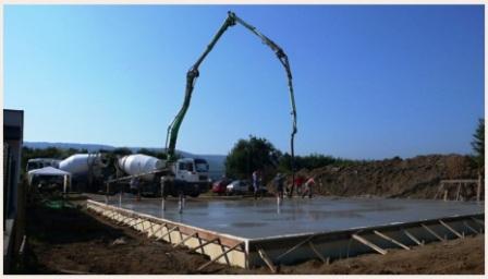 Betonování základové desky pomocí betonové pumpy
