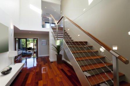 Schodiště s ocelovou schodnicí a zábradlím s lankovou výplní