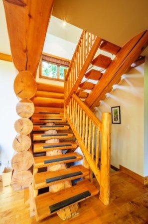 Celodřevěné schodiště pátěřové je vhodné zejména do dřevostaveb