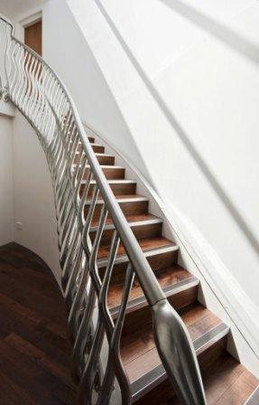 Schodiště s ocelým zábradlím netradičního tvaru