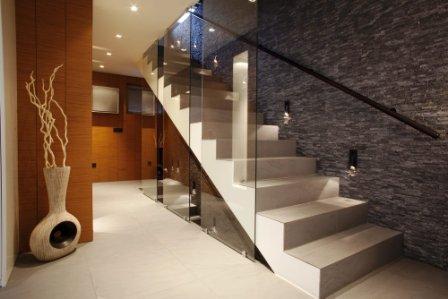 Betonové schodiště bez schodnice se skleněným zábradlím