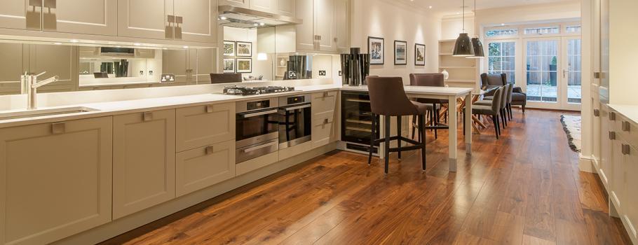 Dřevěná vícevrstvá podlaha je ideální volbou do kuchyně