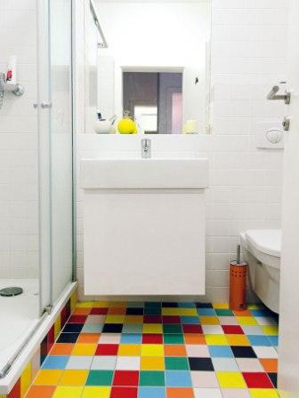 Řešení malé koupelny ve světlých barvách, doplněné o zajímavou dlažbu