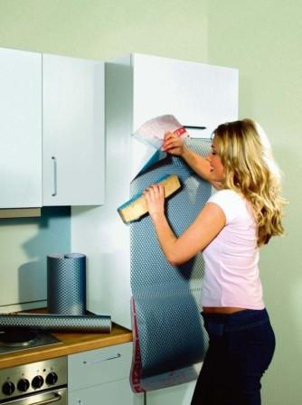 Vzhled kuchyňské linky můžeme obnovit svépomocí - například pomocí speciálních tapet