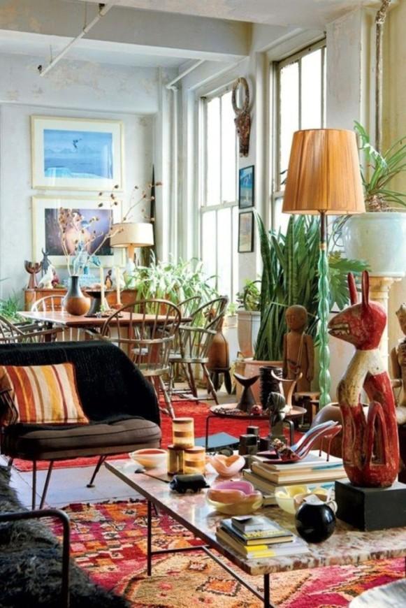 Typicky barevný koberec, posezení a dekorace se zvířecími motivy