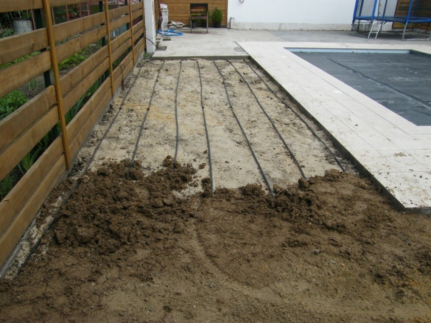 Pokládka kapkové závlahy pod zeminu, na kterou bude položen travní koberec