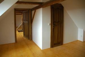 V půdní vestavbě je potřeba dobře promyslet umístění dveří i nábytku