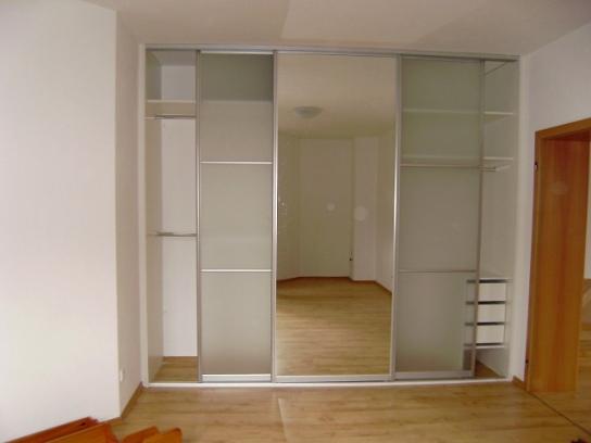 Vestavěná skříň se zrcadlem zvětší i ten nejmenší prostor