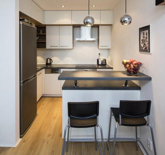 V malé kuchyni místo jídelního stolu poslouží barový stolek (