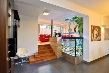 Klasicky postavené akvárium v interiéru