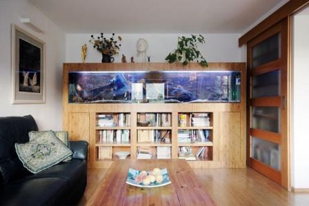 Akvárium vestavěné do obývací stěny