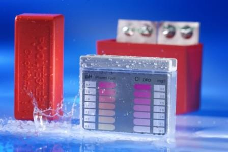 Pomůcka k měření pH vody a obsahu chloru v bazénu