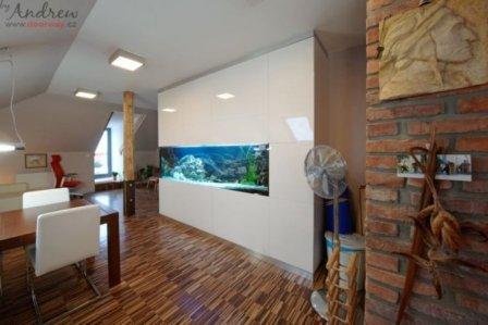 Akvárium jako součást moderního interiéru v půdní vestavbě