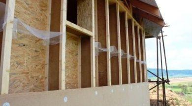 Dřevostavba opláštěná dřevovláknitou tepelnou izolací. Dutiny mezi I-nosníky budou vyplněny foukanou celulózovou izolací