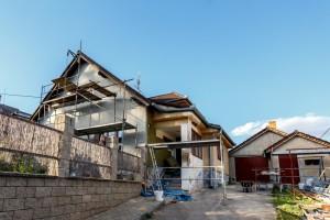 realizace rodinného domu, stavba domu, lešení, staveniště