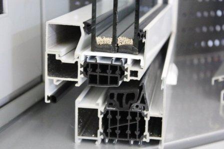 Plastový okenní profil s izolačním zasklením (trojsklo) a s tepelně izolačními distančními rámečky