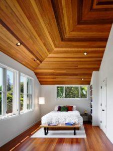Dřevěný šikmý podhled z palubek