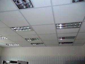 Kazetový podhled se zářivkami