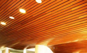 Dřevěný šikmý podhled z hoblovaných prken