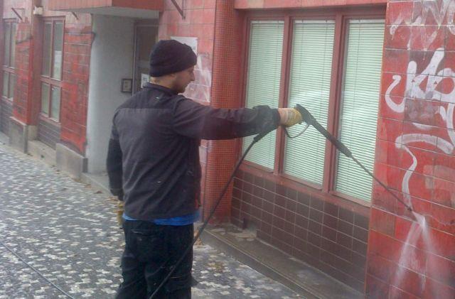odstranění graffitu s fasády
