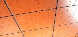 Dřevěný kazetový podhled s perforováním pro lepšěí akustiku