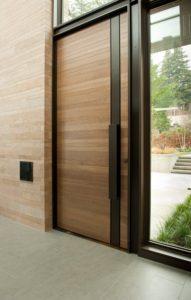 Moderní vchodové dveře s imitací dřeva
