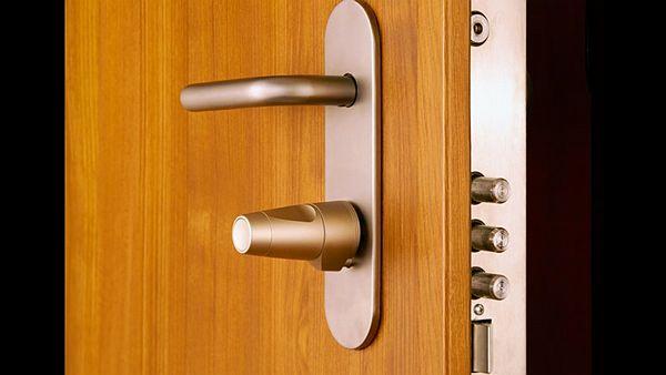jak vybrat bepečnostní kování vchodových dveří proti zloději
