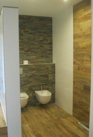 Kamenný obklad v koupelně