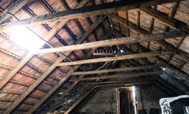 Přestavba půdy na podkroví – nejvhodnějším typem střechy je střecha sedlová