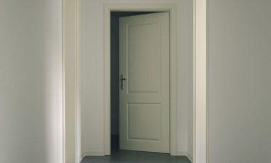 jak seřídit panty dveří