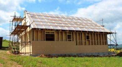Dřevostavba zateplená dřevovláknitou izolací připravená na izolování foukanou izolací