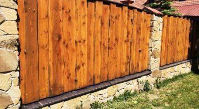 Stavba plotu ze dřeva – zděné kamenné sloupky s výplní z dřevěných desek