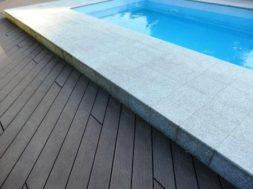 Chodník okolo bazénu – dlažba a desky WPC