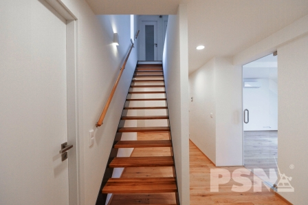 Schodiště v dvoupatrovém bytě