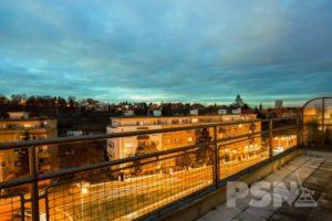 Výhled na noční Prahu z terasy