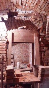 Cena rekonstrukce domu - Oprava poškozené klenby nad dveřmi