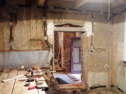 Rekonstrukce domu – oprava nadpraží a vnitřních omítek