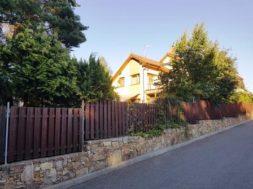 Dřevěný plot s kamennou podezdívkou