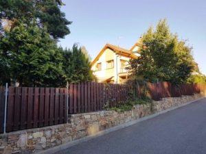 stavba plotu povolení - Dřevěný plot s kamennou podezdívkou