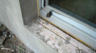 APU lišta přidělaná na okně pro omítání ostění