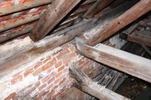 rekonstrukce domu - Uhnilé zhlaví vazného trámu a trámu dřevěného stropu