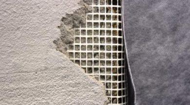 akrylátový tmel lze využít na opravu trhlin v omítce a opravu vydrolené omítky