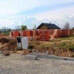 Suchý beton se používá například pro osazení betonových obrubníků
