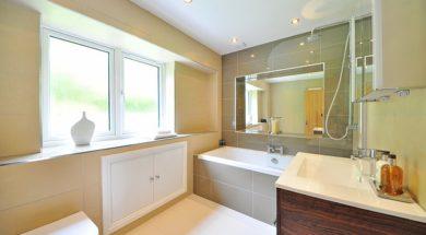 Rekonstrukci obkladu v koupelně lze provést metodou obklad na obklad